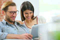 Smiling coouple shopping on tablet Royalty Free Stock Photos