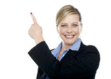 Smiling corporate woman pointing upwards Royalty Free Stock Photography