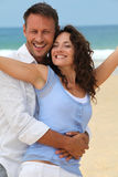 Smiling couple at the beach Royalty Free Stock Images