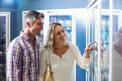 Smiling couple buying food Royalty Free Stock Photography