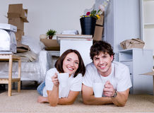 Smiling couple with cups of tea Royalty Free Stock Photography