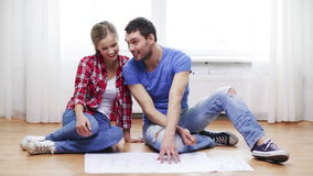 Smiling couple discussin blueprint at home Royalty Free Stock Photography