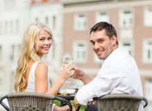 Smiling couple drinking wine in cafe Royalty Free Stock Photos