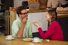 Smiling couple eating cake Royalty Free Stock Photos
