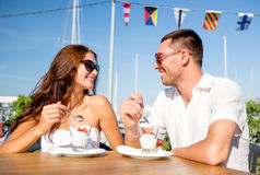 Smiling couple eating dessert at cafe Royalty Free Stock Photos