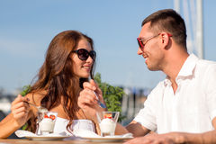 Smiling couple eating dessert at cafe Royalty Free Stock Photography
