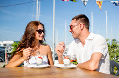 Smiling couple eating dessert at cafe Stock Photography