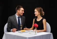Smiling couple eating dessert at restaurant Royalty Free Stock Photography