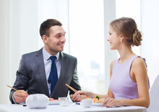 Smiling couple eating sushi at restaurant Royalty Free Stock Photos
