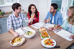 Smiling couple friends eating together Royalty Free Stock Photos