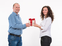 Smiling couple with a gift box Royalty Free Stock Images