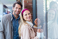 Smiling couple going window shopping Royalty Free Stock Images