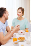 Smiling couple having breakfast at home Royalty Free Stock Photos
