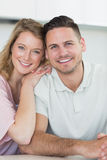 Smiling couple in kitchen Royalty Free Stock Photos