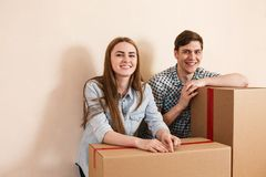 Smiling couple leaning on boxes Royalty Free Stock Photography