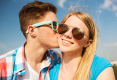 Smiling couple outdoors Royalty Free Stock Photos