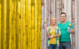 Smiling couple with paintbrush Royalty Free Stock Photos