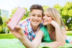 Smiling couple in park Royalty Free Stock Photos