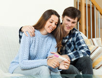 Smiling couple with pregnancy test Royalty Free Stock Photos
