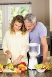 Smiling couple preparing healthy smoothie Royalty Free Stock Photos