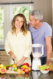 Smiling couple preparing healthy smoothie Royalty Free Stock Images