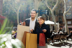 Smiling couple   with purchases at  street Royalty Free Stock Photography