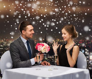 Smiling couple at restaurant Royalty Free Stock Photos
