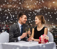 Smiling couple at restaurant Royalty Free Stock Images