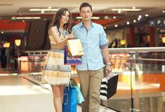 Smiling couple shopping Royalty Free Stock Images
