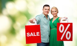 Smiling couple with shopping bags Royalty Free Stock Photo