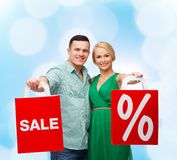 Smiling couple with shopping bags Royalty Free Stock Images