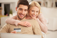 Smiling Couple Shopping Online Royalty Free Stock Image