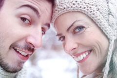 Smiling couple together in winter Royalty Free Stock Photos