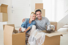 Smiling couple unpacking boxes in a new house Royalty Free Stock Photos