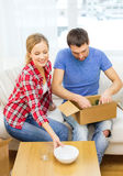 Smiling couple unpacking kitchenware Royalty Free Stock Photography