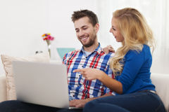 Smiling couple using laptop Royalty Free Stock Photography