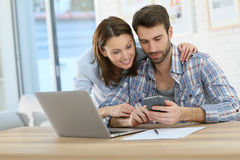 Smiling couple using a smartphone Royalty Free Stock Photos