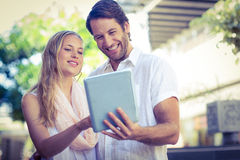 Smiling couple using tablet computer Royalty Free Stock Photography