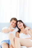 Smiling couple watching tv at home Royalty Free Stock Photo