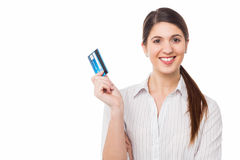 Smiling elegant woman holding credit card Royalty Free Stock Photography