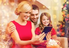 Smiling family with tablet pc Royalty Free Stock Photos
