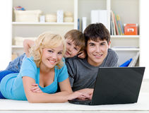 Smiling family using laptop Royalty Free Stock Photos