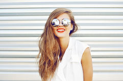 Smiling fashion girl in sunglasses - outdoor Royalty Free Stock Photos