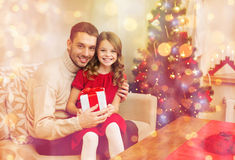 Smiling father and daughter holding gift box Royalty Free Stock Photography