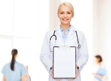 Smiling female doctor with clipboard Royalty Free Stock Photography