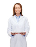 Smiling female doctor and tablet pc computer Royalty Free Stock Photos
