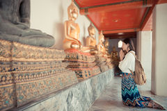 Smiling female tourist kneel down in Bangkok Royalty Free Stock Photos