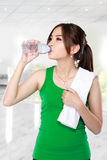 Smiling fitness woman drinking water Royalty Free Stock Photos