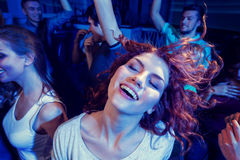 Smiling friends dancing in club Royalty Free Stock Photos