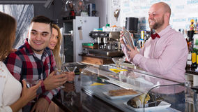 Smiling friends drinking and chatting Royalty Free Stock Photos